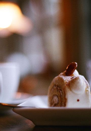 カウンター席でゆったりケーキを楽しんでください。