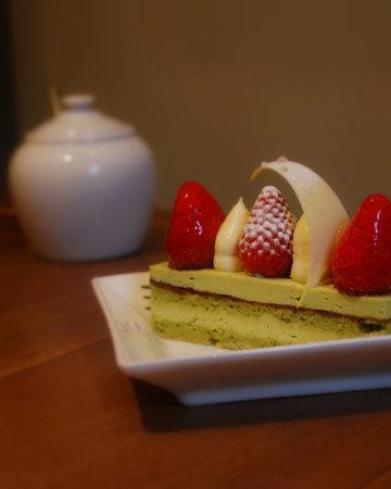 ゆっくりケーキをお召し上がりください。