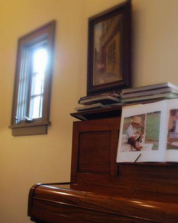 個室にはピアノや小窓があります