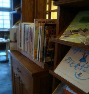 本棚には洋書や絵本、ファッション誌や車の本もあります。