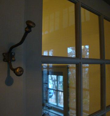 個室とカフェスペース境にある窓です。