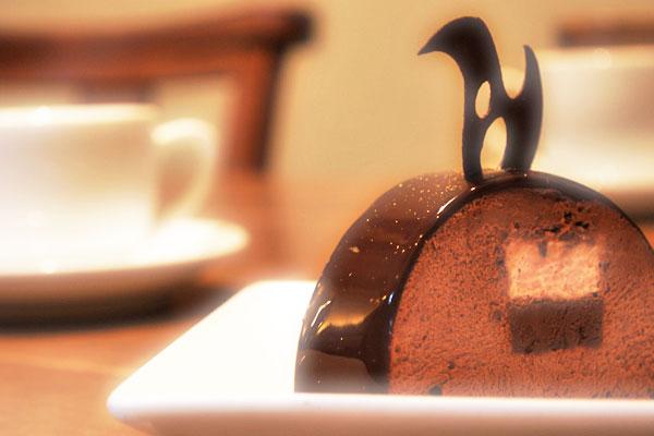 後味のすっきりとしたチョコムースをほのかな酸味のグロゼイユブリュレで演出しました